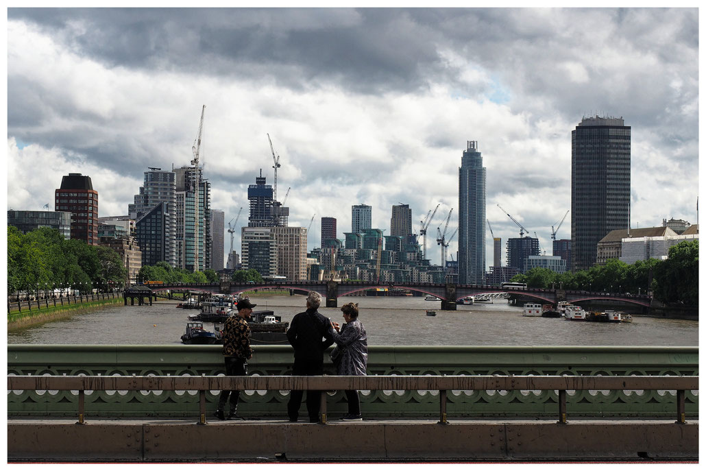 Blick in Richtung Lambeth Bridge und die Neubauten am südlichen Themseufer in London