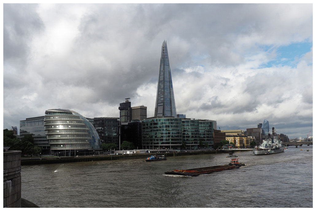 Blick von der Tower Bridge auf die London City Hall und The Shard