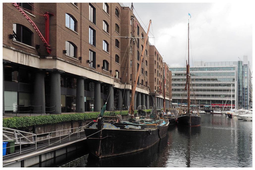 Alte Segelboote vor alten Lagerhäusern in den St. Katharine Docks in London