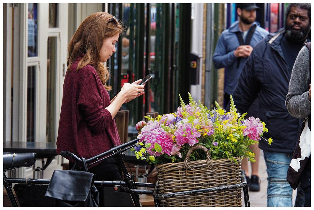 schöne Blumen auf dem Broadway Market in London