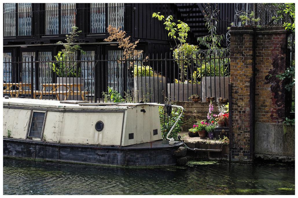 Idylle am Regent's Canal mit Hausboot und Blumen in London