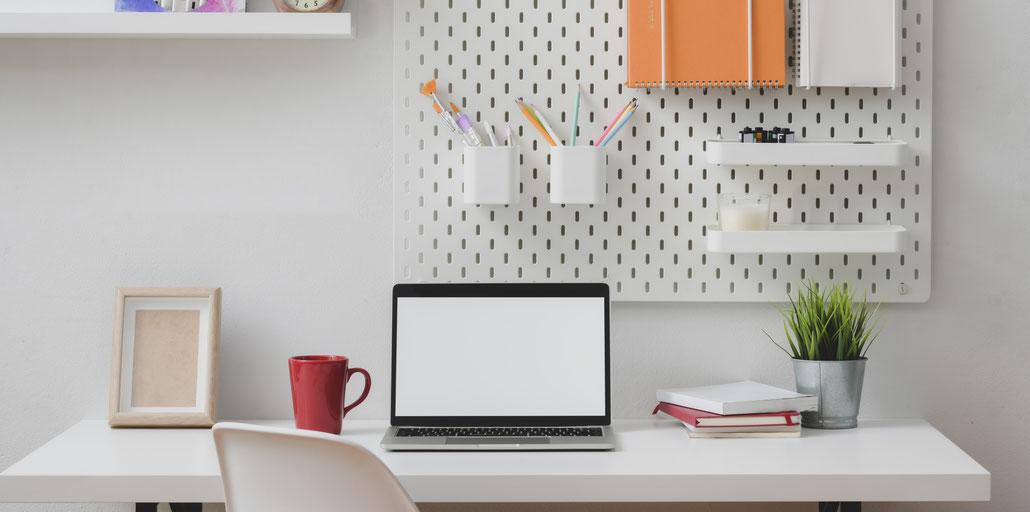 Der Arbeitsplatz sollte ordentlich gehalten und durch Ablagen / Aufbewahrung ergänzt werden ... Fotocredit: pexels.com, Bongkarn Thanyakij