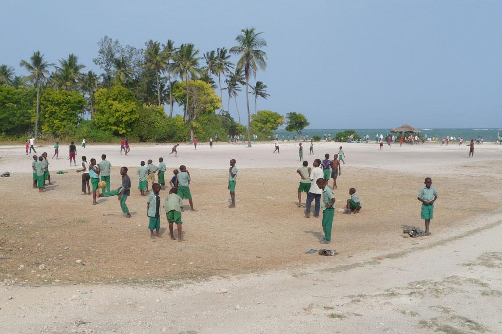 Schulkinder beim Fußball spielen