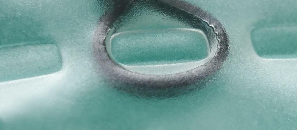 Durch das Kanalsystem unserer Luftkammern ist der Luftstrom stark gedrosselt, so dass beim Sitzen eine sanfte Beckenbeweglichkeit in alle Richtungen entsteht.