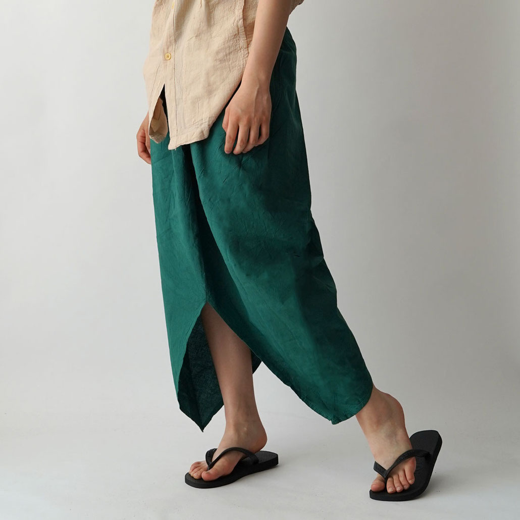 ヂェン先生の日常着 ツノスカート ジェンさんのリラックスウェア 老師 台湾 鄭惠中 文創 CHENHUICHUNG 工作室 布衣 ポケットのツノを出したところ