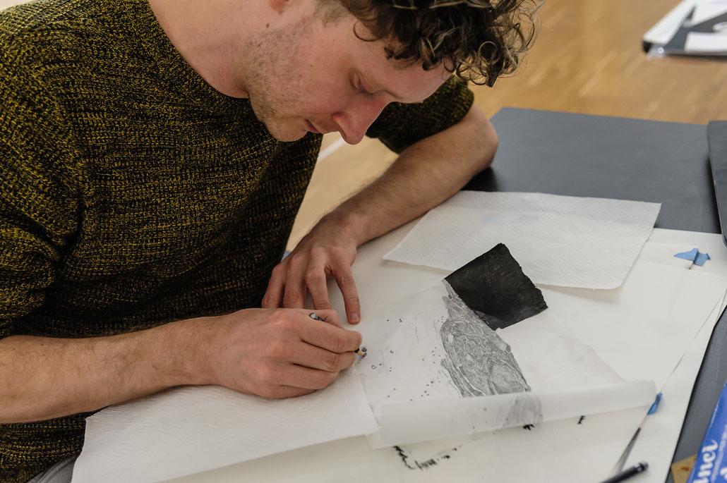 Der Grafik Künstler Andreas Werner bei der Arbeit.