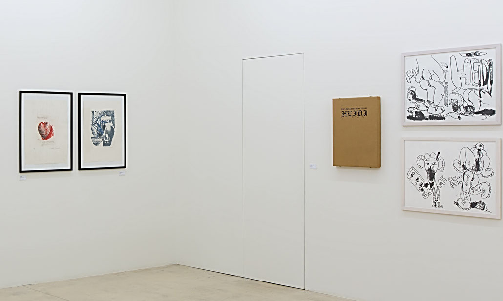 "Blick in die Ausstellung LAX -Die Edition von Raymond Pettibon (links) und das Heidi Notebook von Paul McCarthy (Exhibition view ""LAX"", Multiples by Raymond Pettibon (left) and Paul McCarthy (right)."