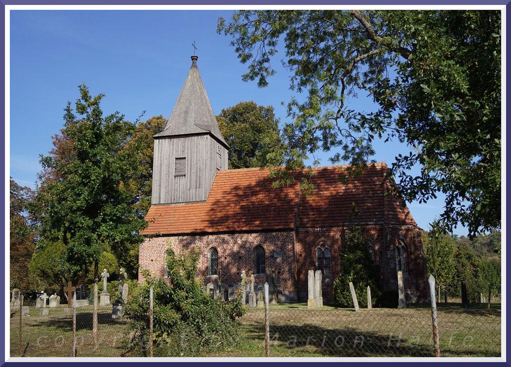 Die ca. 1360 erbaute Kirche von Groß Zicker, Oktober 2018