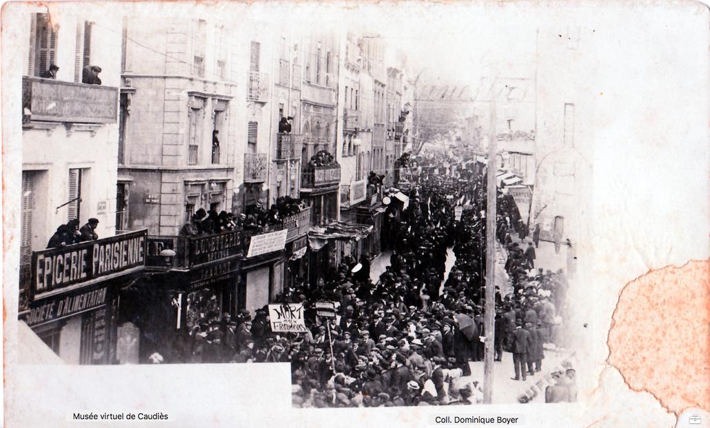 """Manifestation avec pancarte """"Mort aux Fraudeurs"""" (Carte postale ancienne non datée)"""
