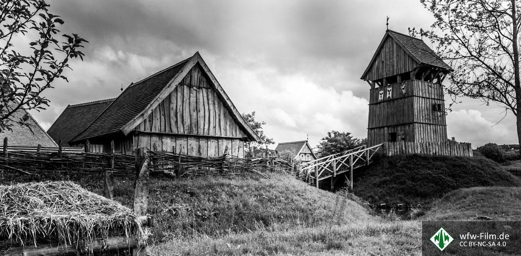 So ähnlich könnte die Erdhügelburg (auch Motte genannt) samt Dorf in Krales ausgesehen haben. Dieses Bild stammt von einer Rekonstruktion aus Lütjenburg in Deutschland.