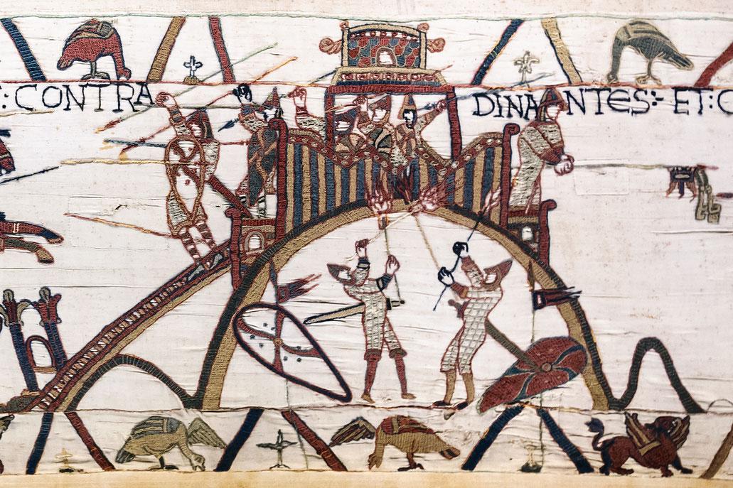 Die wichtigste bildliche Überlieferung zur hochmittelalterlichen Motte stellt der Teppich von Bayeux dar, der die normannische Eroberung Englands im Jahre 1066 zeigt. Hier sind mehrere Turmhügelburgen abgebildet und teilweise namentlich gekennzeichnet.