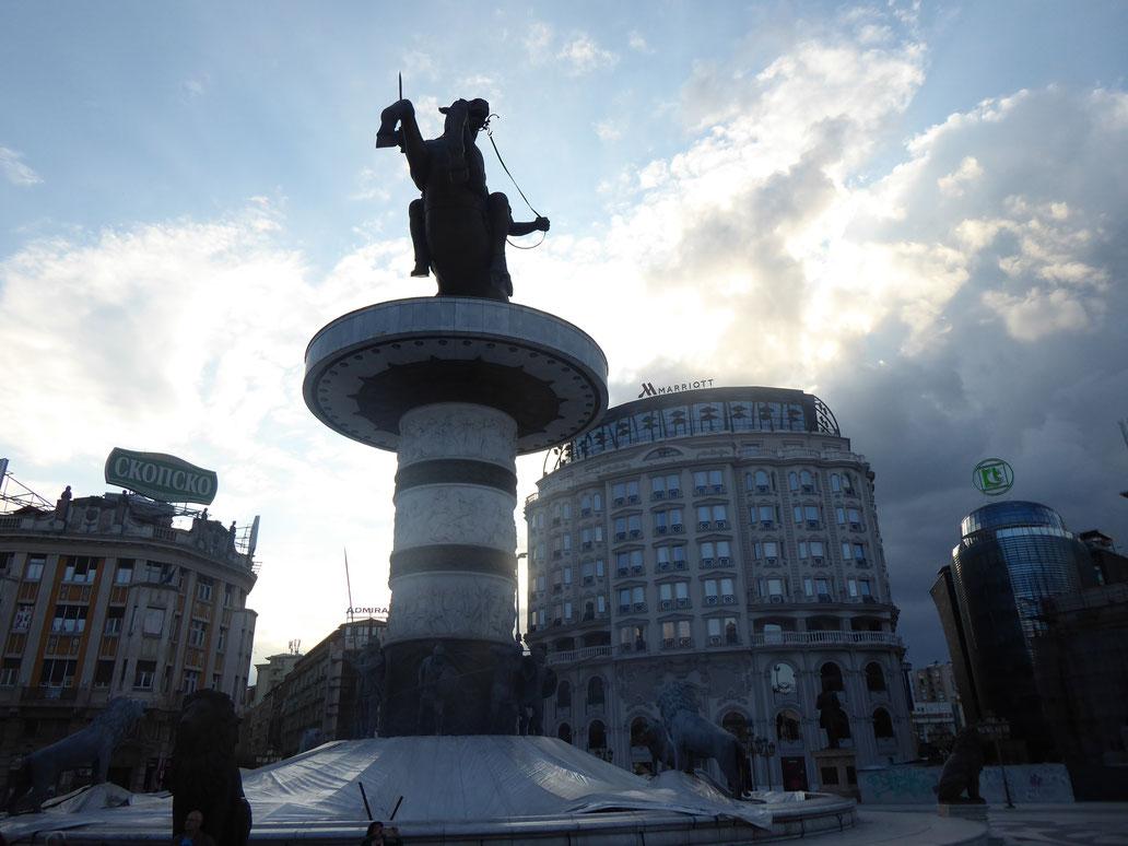 Eine monumentale Reiterstatue dominiert die Stadtmitte von Skopje. Die Fassaden der aus den 60er Jahren stammenden Innenstadthäuser wurden mit klassizistischen Elementen überklebt oder in diesem Stil neu errichtet.