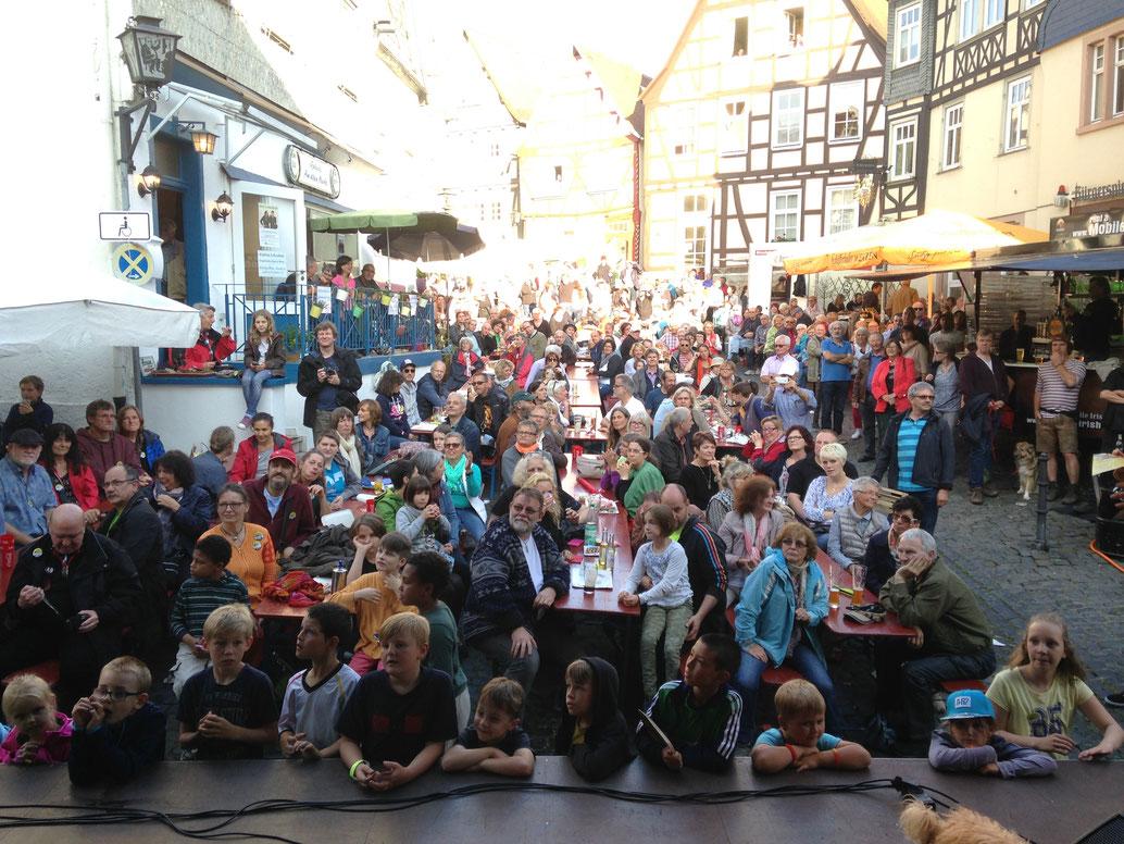 Publikum in Ortenberg/ internationales Straßenteatherfestival // klicke auf das Bild- Johannimarkt Schloß Stockhausen/ Herbsten