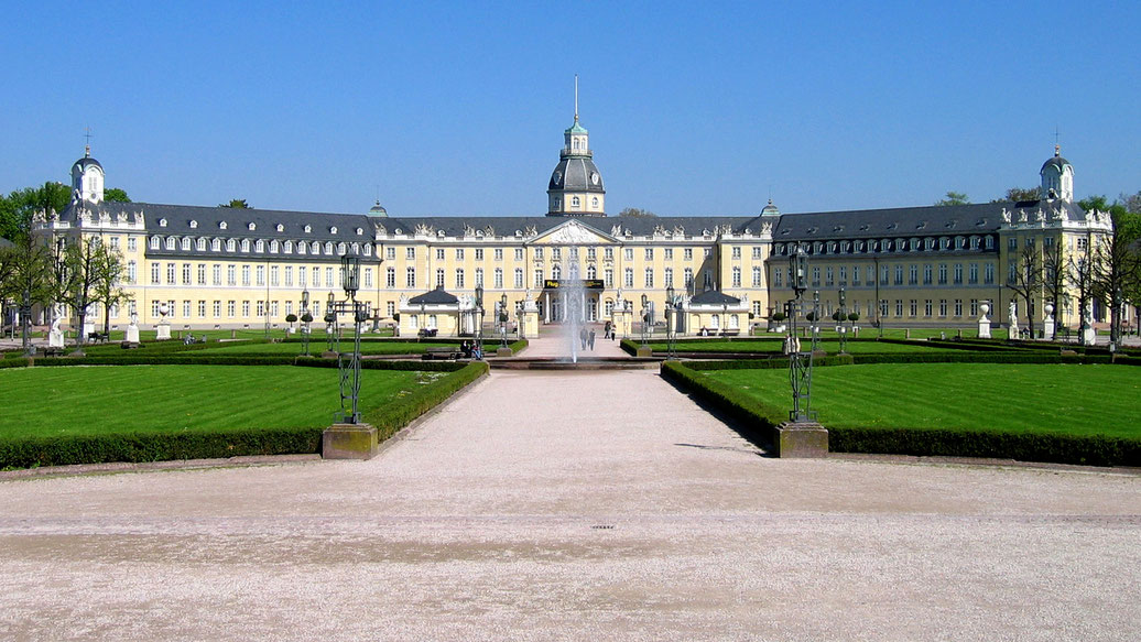 Schloss Karlsruhe - By Meph666 (photo taken by Meph666) [GFDL (http://www.gnu.org/copyleft/fdl.html), CC-BY-SA-3.0
