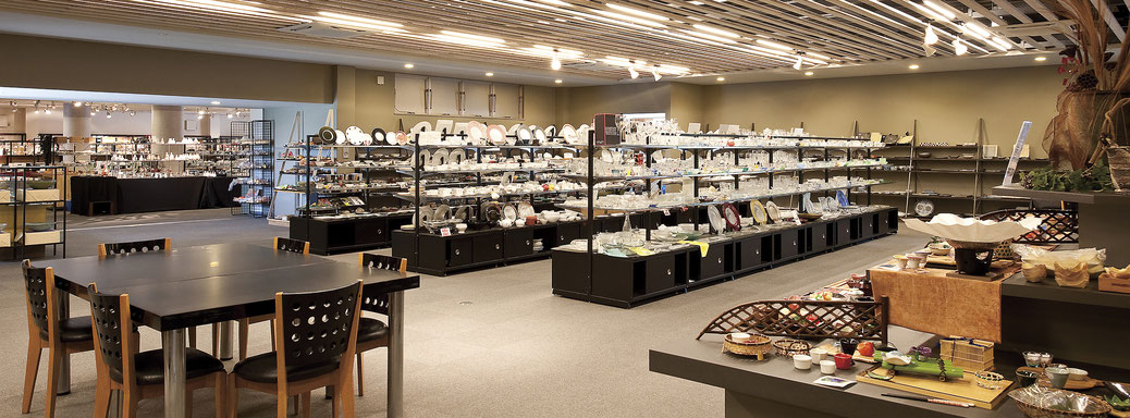 日本最大級の食器のショールーム、飲食店様やホテル様向けに様々な器を展示しております。