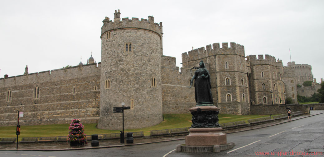 Blick auf Windsor Castle mit der Stute von Königin Victoria im Vordergrund in Windsor, Berkshire, England.