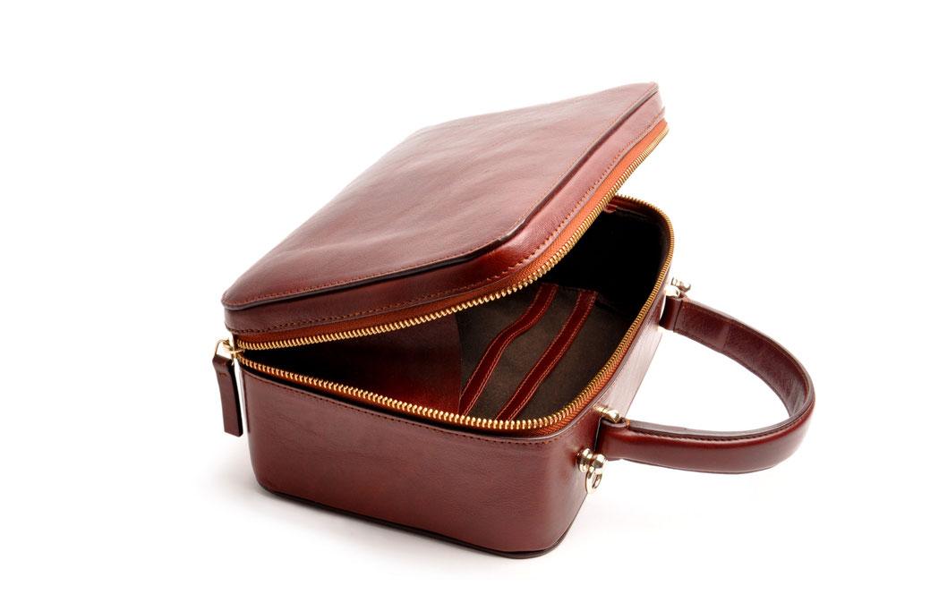 """Ledertasche """"VIRGENIE"""" Vintage-Look Ledertasche Dirndltasche Trachtentasche versandkostenfrei kaufen. Farbe braun OWA TRACHT Reißverschluss Online-Shop"""