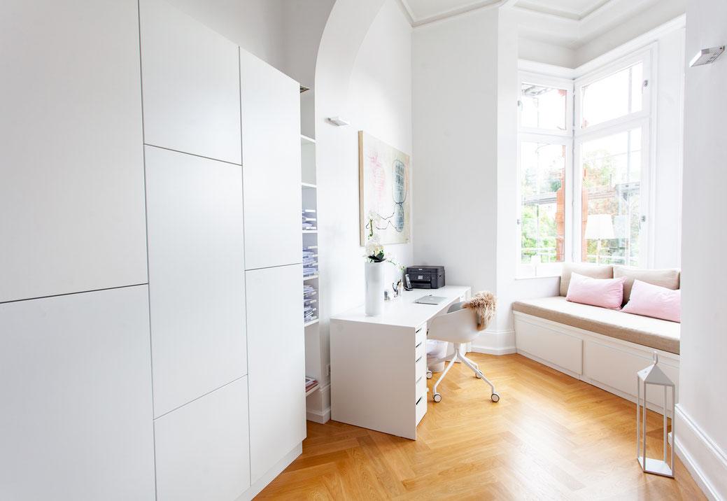 Innenausbau weiss Lack Büro Parkett Mainz Schreinerei Jertz Fenster Sitzbank Schreibtisch Schrank grifflos haus zuhause wohnen