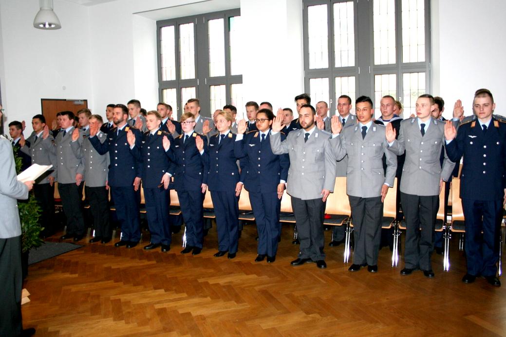 44 Rekruten des Logistikbataillon 461 waren beim Gelöbnis/bei der Vereidung im Pfarrsaal die wichtigsten Gäste. Bild: Bernd Stieglmeier