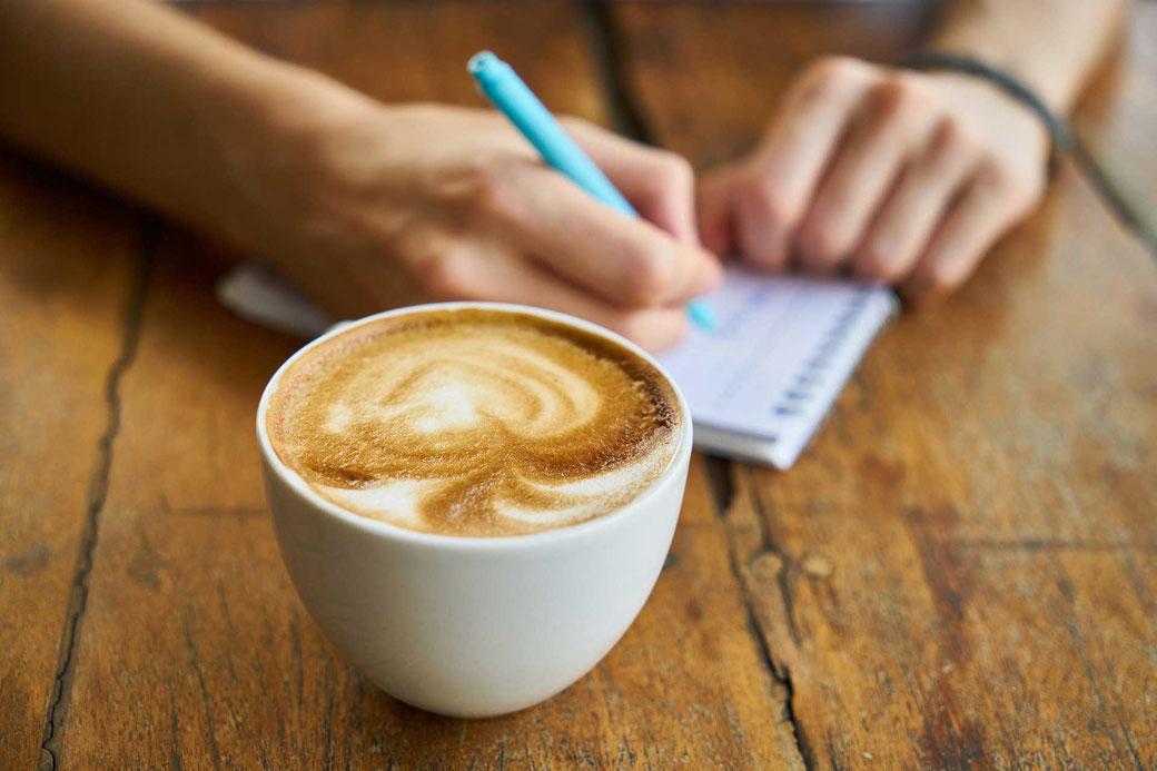 Aufschreiben Notizen Planen Zeitmanagement Selbstmanagement Kaffee