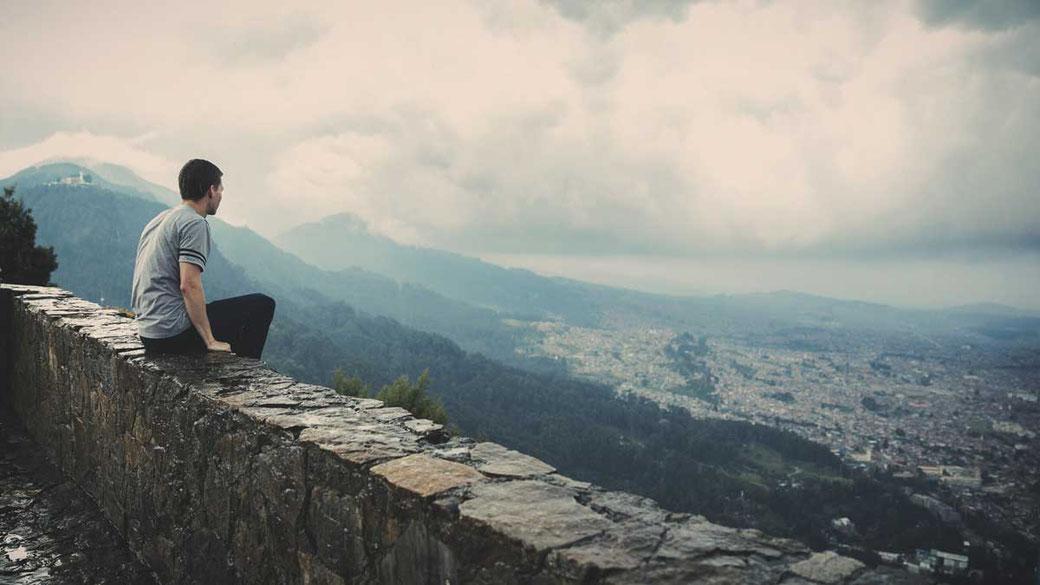 Dankbarkeit Liebe Freundschaft Sinn Mann Mauer Reflektieren Glück Glückseligkeit Berge