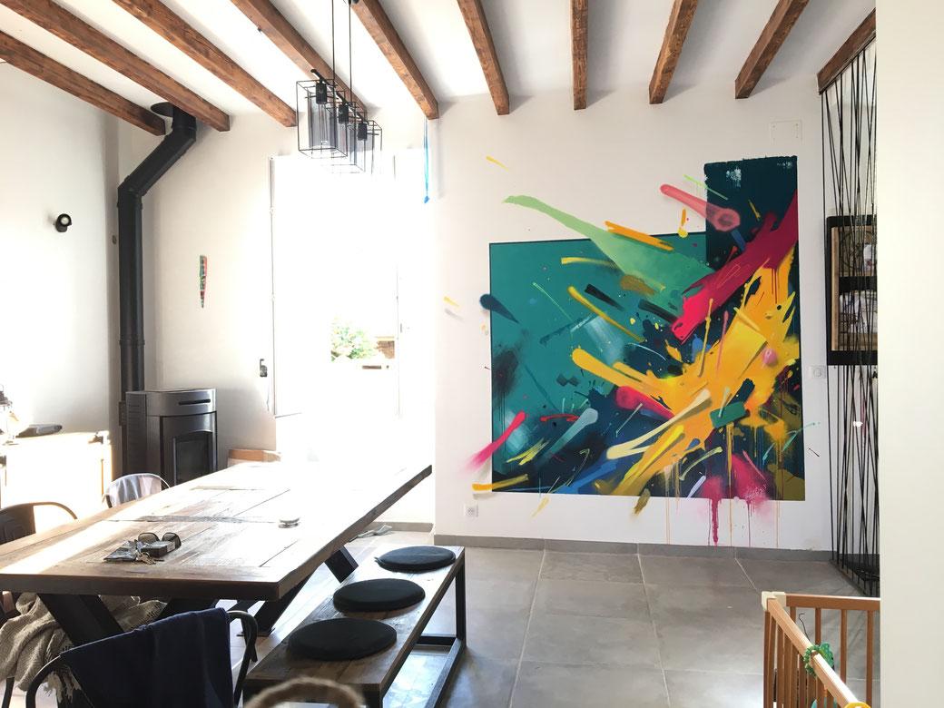 fresque murale street art abstraite du graffeur Kendo dans un salon à Biarritz.