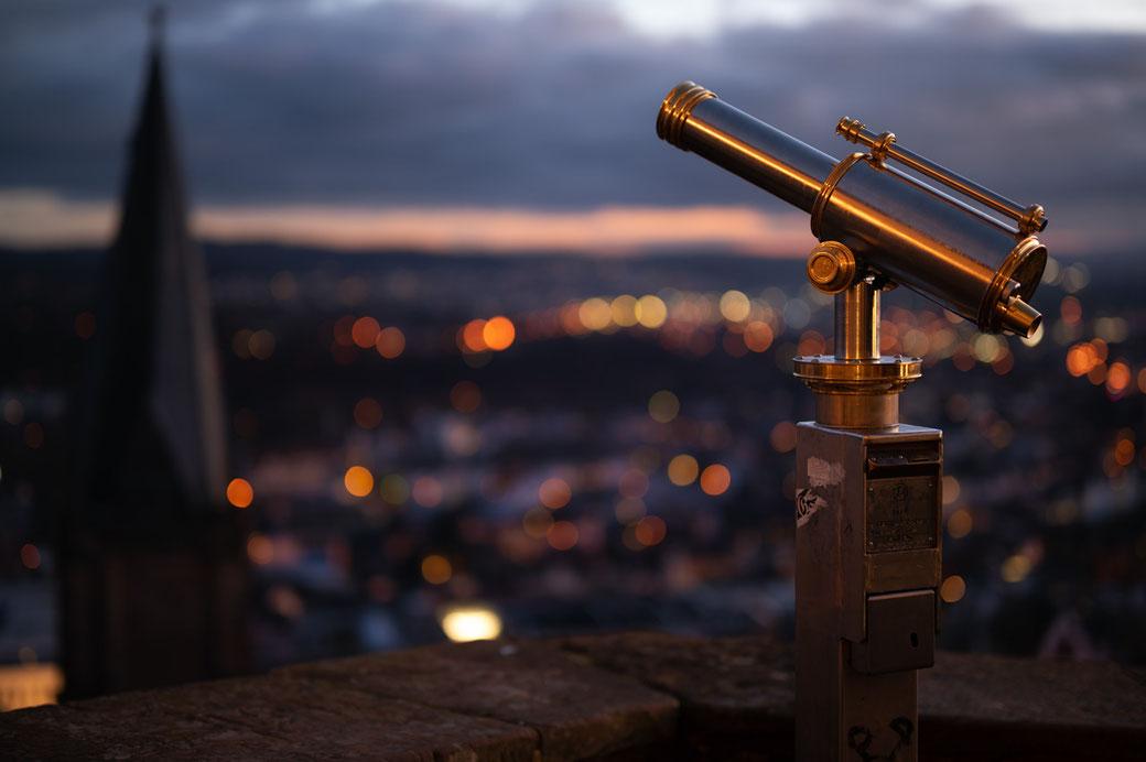 Blick vom Marburger Schloss auf die Lichter der Stadt. Nikon Z6, Blende 1.2, 50mm, ISO 100.