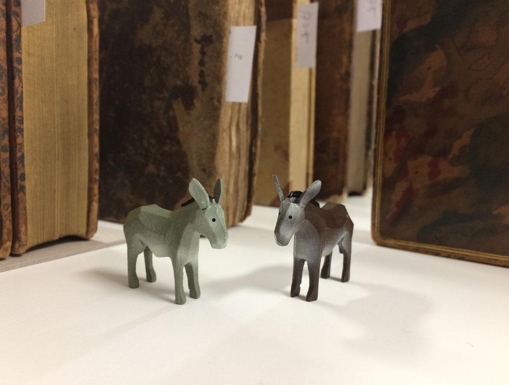 2 Esel (Reifentiere Werner aus Seiffen) umgeben von histor. Büchern