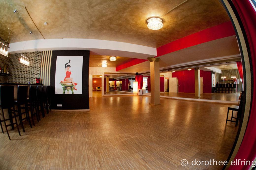 Der größte von drei Tanzräumen: Saal 1 der Maillinger Studios. Hier finden Mo.-Do. am Abend alle Kurse vom Vintage Dance Studio statt.