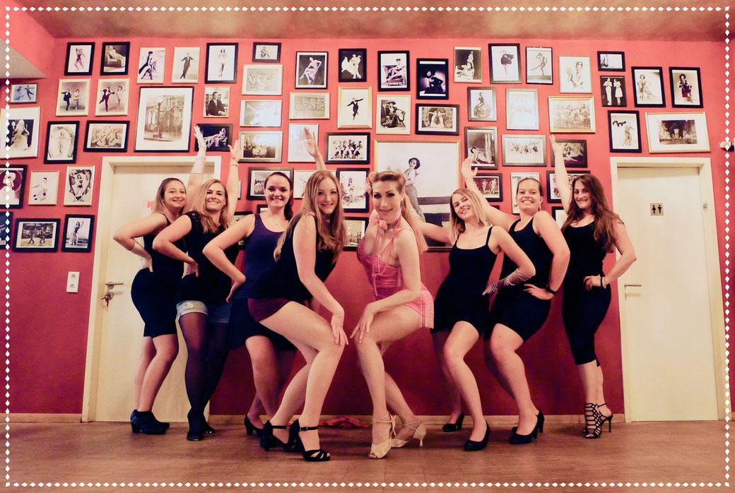 Burlesque JGA Junggesellinnenabschied Hen Party, Bachelorett Party München Vintage Dance Studio, Munich School Of Burlesque, Burlesqueschule München, JGA Tipps Ideen München