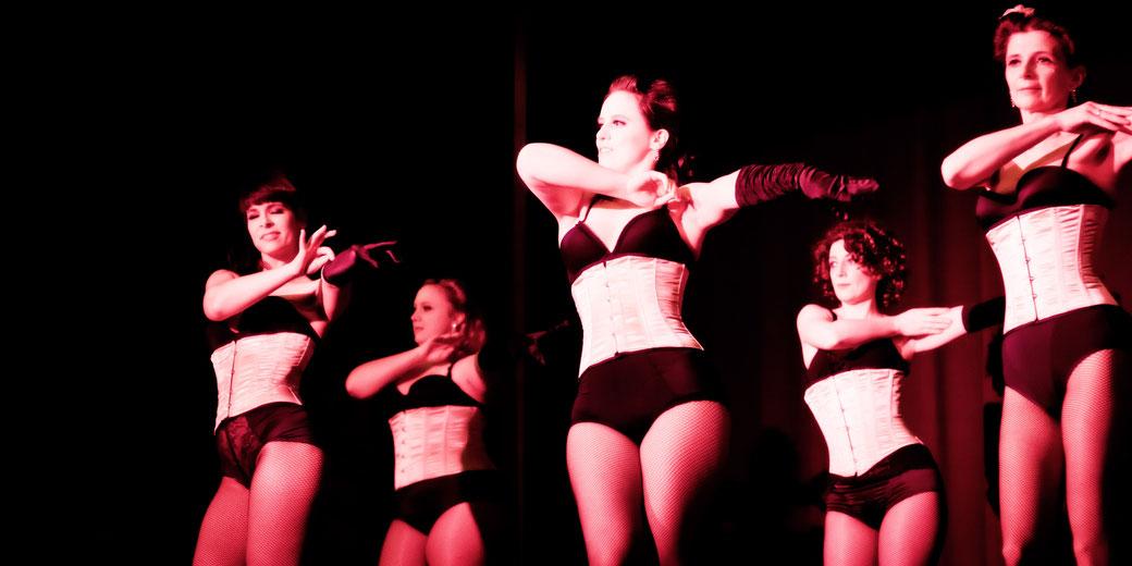 Burlesque lernen München, Burlesqueshow München Bayern Deutschland Germany, Dixie Dynamite Burlesque Striptease, Burlesque Workshop Kurs Unterricht Privatstunde buchen