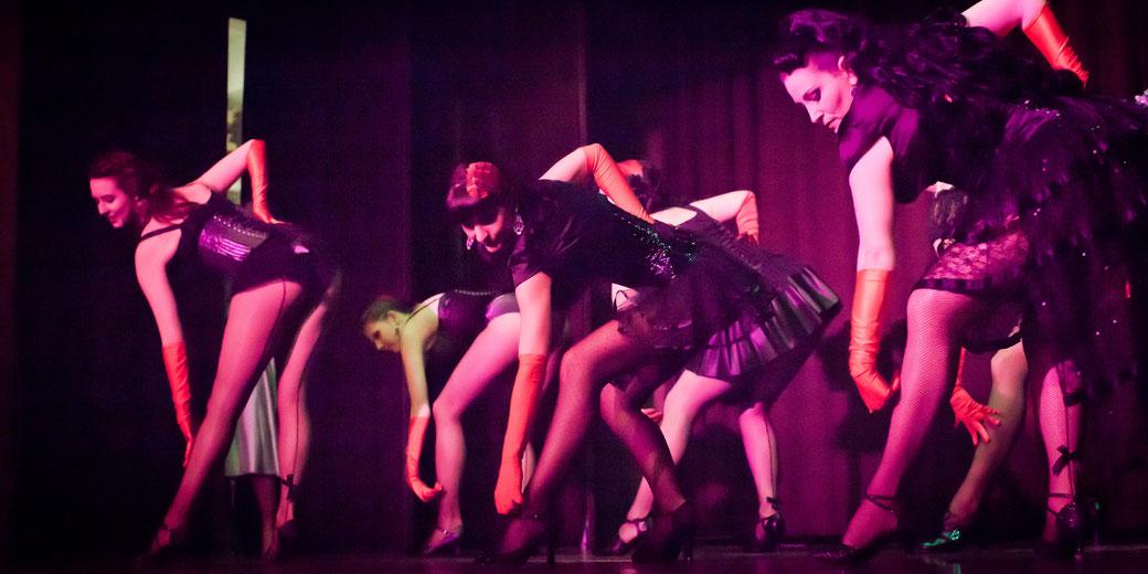 Burlesque-Tanzschülerinnen von Dixie Dynamite's School Of Burlesque® in München beim Auftritt in einer Studioshow. Burlesque Tänzerin Kurs Workshop Unterricht lernen München Foto: Dorothee Elfring