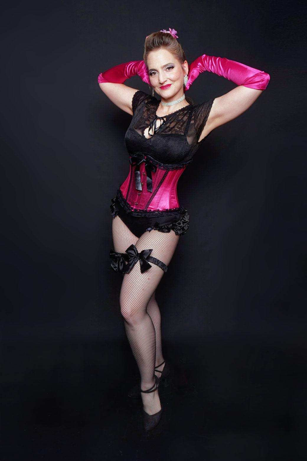 Burlesque-Tänzerin Tess Noblesse,  beliebte Dozentin unseres Burlesque-Komplettkurses für Anfängerinnen und bühnenerfahrenes Mitglied unserer Rising Starlets