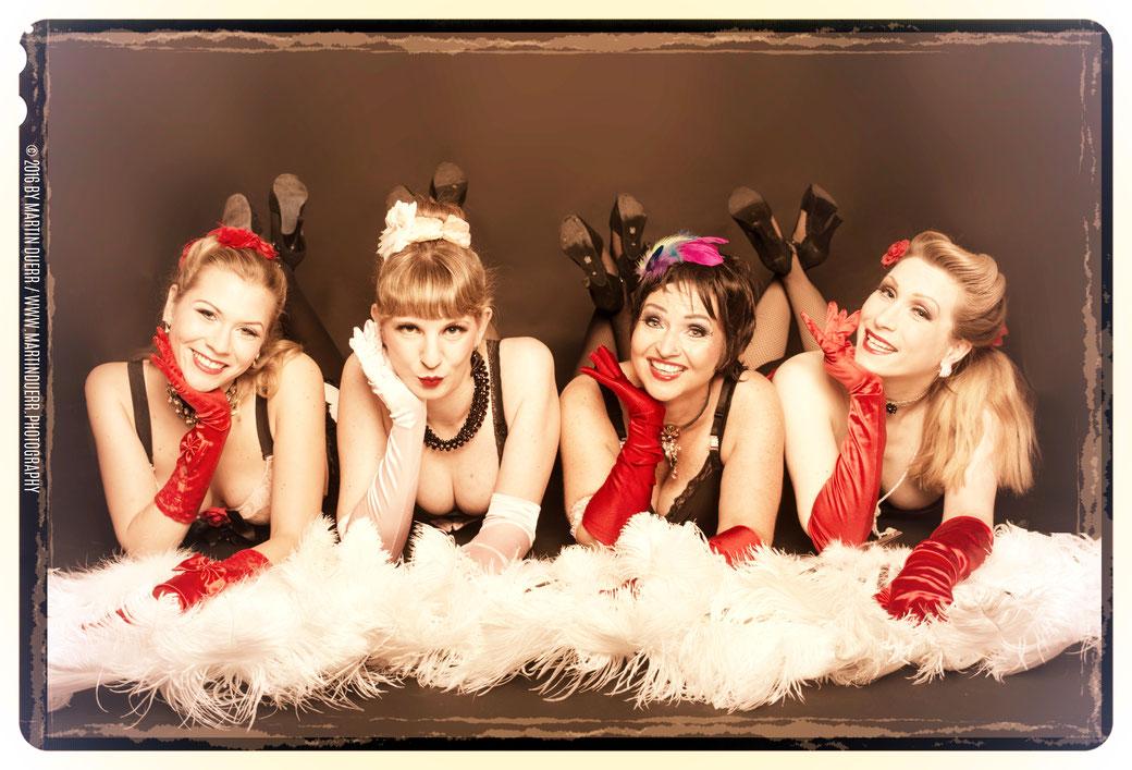 Die JGA-Burlesque-Lehrerinnen von Dixie Dynamite's School Of Burlesque ®: v.l.n.r.: Lilly Libelle, Fräulein Ruth, Topsy Curvy, Dixie Dynamite. Alle vier sind bühnen- und unterrichtserfahrene Burlesque-Performerinnen.