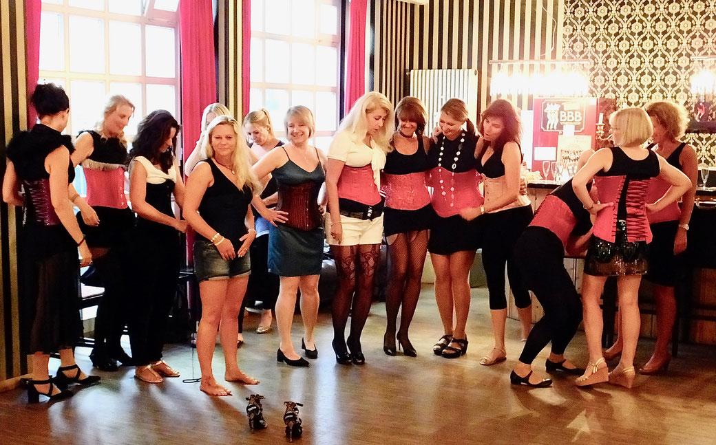 Privat-Gruppenworkshop München, Burlesqueworkshop, Geburtstagsworkshop, Classic Burlesque lernen, Vintage Dance Studio, Dixie Dynamite's School Of Burlesque®, Burlesquelehrerin,  München, Germany burlesque dance workshop in English