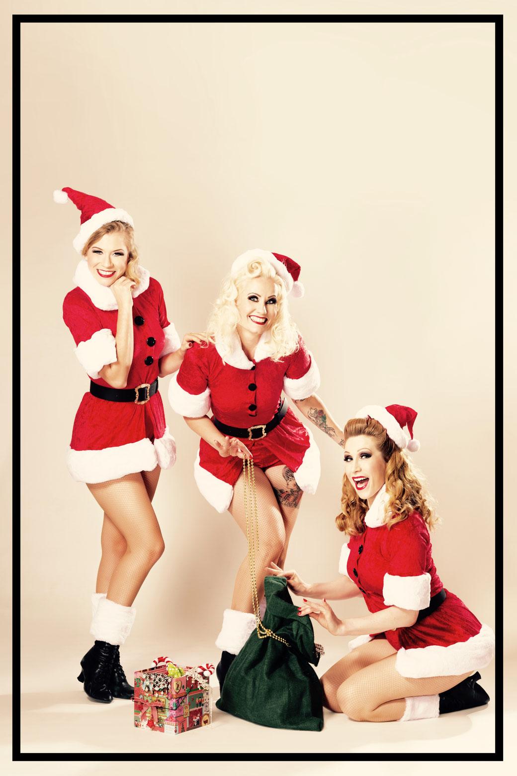 """Blonde Bombshell Burlesque mit seiner Weihnachtsrevue """"Süßer die Glöckchen nie schwingen"""". V.l.n.r.: Lilly Libelle, Rose Rainbow, Dixie Dynamite. Foto: Verena Gremmer"""