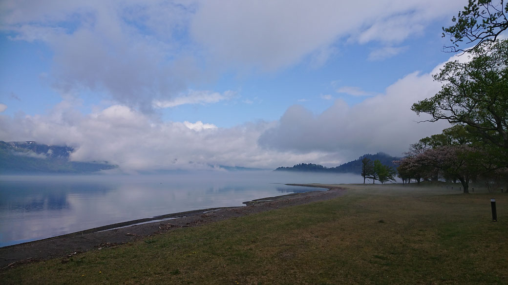 One day TOWADAKO. I didn't know the boundary between the lake and the sky. This is place of KATSURAGA-hama. If you have a bathing suit here is good place to swim.