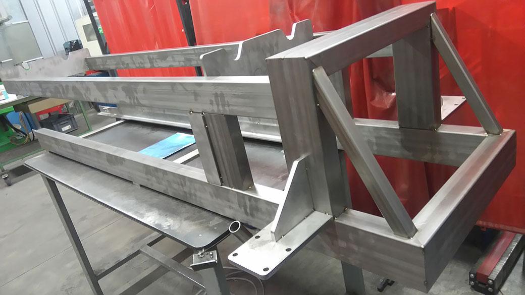 Montage d'un châssis tubulaire mobile en inox chez DLD Laser