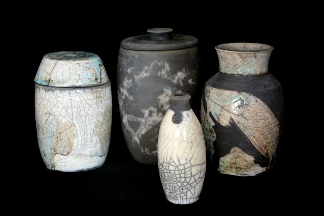 Vier Keramikgefäße in Raku Technik von ton&scheibe