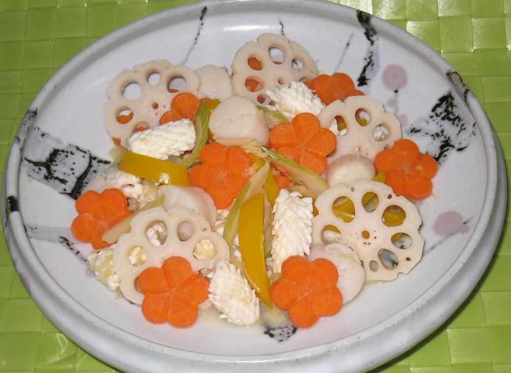 料理名:味・香・色彩・食感を楽しむ イカと帆立のリンゴ風味