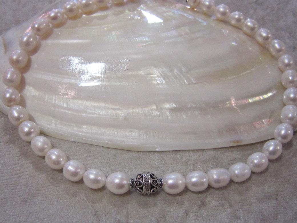 ✺ Perlencollier aus üppigen Süßwasser-Zuchtperlen mit einer wunderschön gearbeiten Silberperle in der Mitte -- Preis 69,00 € ✺