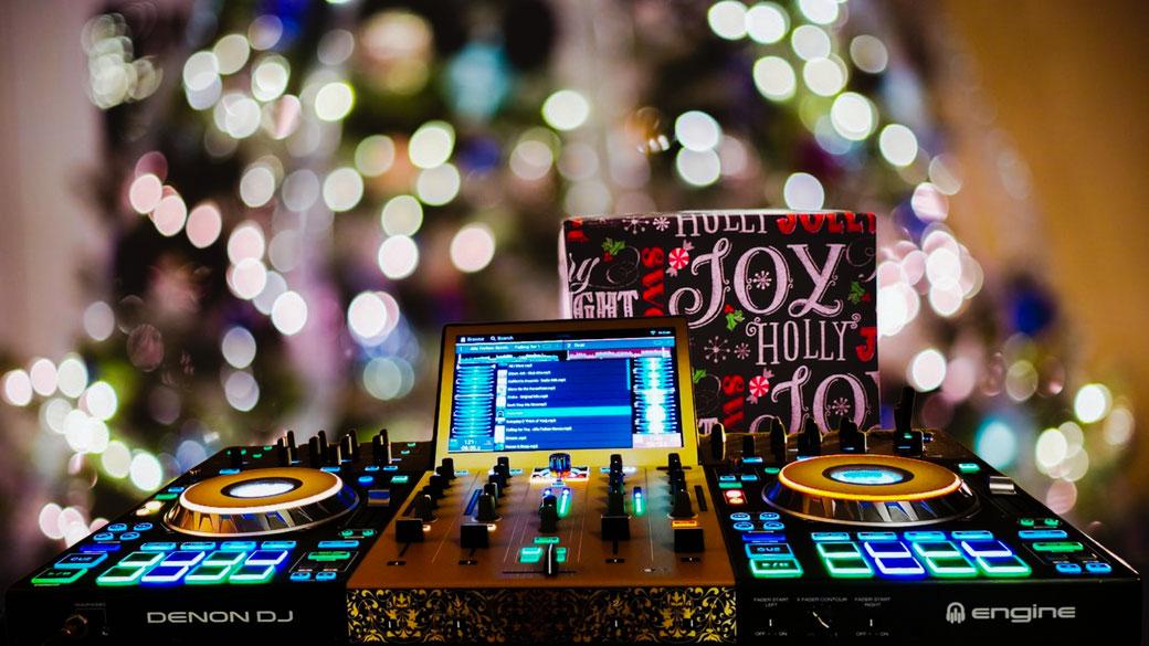 Ob Weihnachtsfeier - Weihnachtsparty oder Weihnachtsball - der Abschluss sollte stimmen - mit meinem DJ Service ist immer gute Stimmung garantiert
