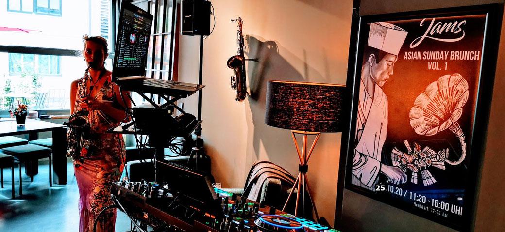 Ein Pianospieler - ein Klavierspieler - die Saxophonistin - der Sax Spieler - Live Musiker sind zusätzlich zum DJ oft gebucht