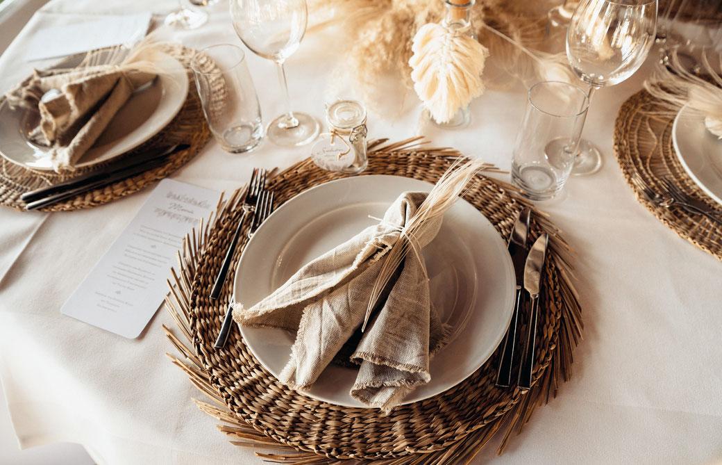 Hochzeitslogo gestalten Menükarte auf gedecktem Tisch