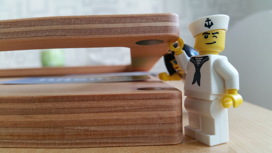 Der Foto-Bilderrahmen mit Magneten ist ganz leicht zu öffnen. Die acht Magnete halten bis zu fünf Postkarten, Fotos oder Bilder zusammen. Schnell zu wechseln mit dem magnetischen Wechselrahmen aus Holz von nilema.