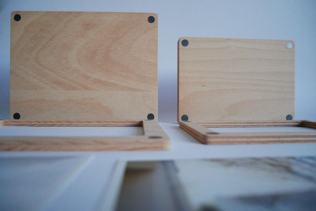 Die magnetischen Bilderrahmen gibt es in zwei Größen. Rechts der  Bilderrahmen aus Holz in 13 x 18 cm, links der magnetische Holz-Bilderrahmen in 10 x 15 cm. 100% nachhaltiges Holz. In Deutschland produziert.