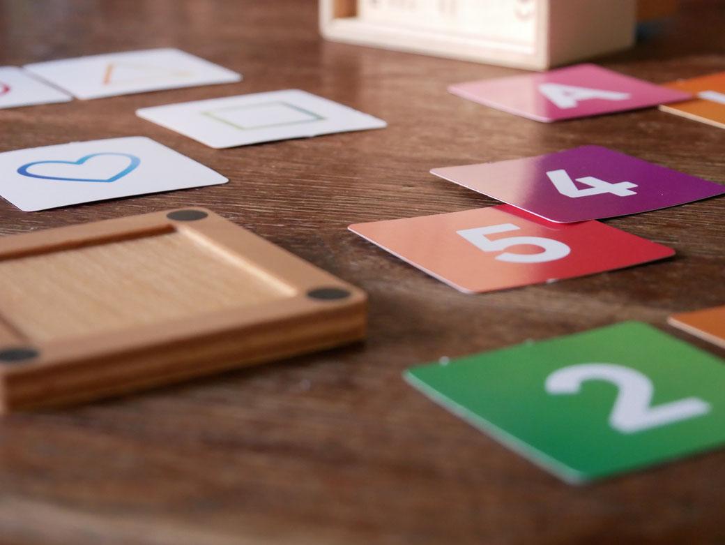 Die Inhalte des Wechsel-Dich sind kleine Papierkarten. Papierkarten mit Zahlen, Buchstaben, Farben und Formen sind standartmäßig enthalten. Sofort einsatzbereit.