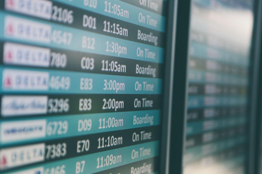 Anzeigetafel Flughafen - Dienstreisen