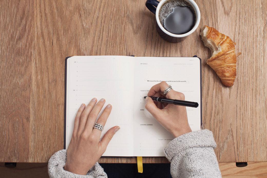 Hände am Tisch, Anschreiben Bewerbung