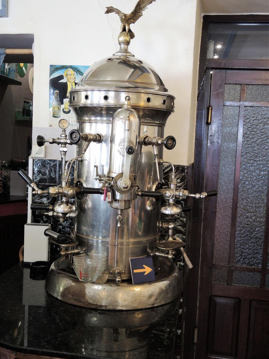 Eine antike Kafemaschine die noch funktioniert